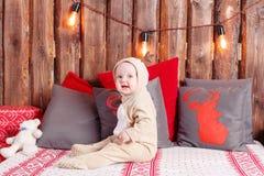 предпосылка миражирует год игрушек темного вечера новый s состава рождества девушка немногая сидя костюм coverall-северного оленя Стоковые Изображения RF