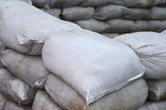 Предпосылка много пакостный песок кладет в мешки для обороны потока Защитная баррикада мешка с песком для пользы войск Красивый т Стоковое Фото
