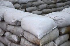 Предпосылка много пакостный песок кладет в мешки для обороны потока Защитная баррикада мешка с песком для пользы войск Красивый т Стоковые Изображения RF