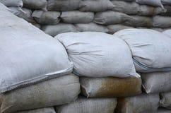 Предпосылка много пакостный песок кладет в мешки для обороны потока Защитная баррикада мешка с песком для пользы войск Красивый т Стоковая Фотография