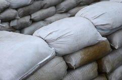 Предпосылка много пакостный песок кладет в мешки для обороны потока Защитная баррикада мешка с песком для пользы войск Красивый т Стоковое фото RF