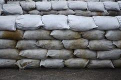 Предпосылка много пакостный песок кладет в мешки для обороны потока Защитная баррикада мешка с песком для пользы войск Красивый т Стоковые Изображения