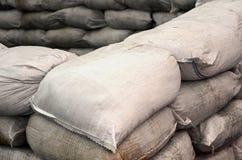 Предпосылка много пакостный песок кладет в мешки для обороны потока Защитная баррикада мешка с песком для пользы войск Красивый т Стоковая Фотография RF