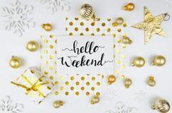 Предпосылка модель-макета знамени литерности flatlay с золотыми шариками и украшениями рождества Здравствуйте! поздравительная от Стоковое Фото