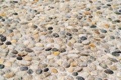 Предпосылка морских малых красочных камней каникула зонтика неба пляжа предпосылки голубая цветастая стоковое фото rf