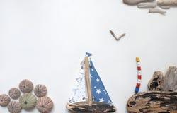 Предпосылка моря с яхтой и маяком driftwood Стоковое Изображение RF
