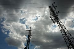 Предпосылка неба башни высоковольтного столба высоковольтная Электричество главная энергия мира стоковые фотографии rf