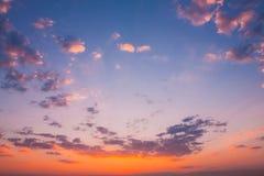 Предпосылка неба восхода солнца захода солнца Естественное яркое драматическое небо в заходе солнца Стоковая Фотография RF