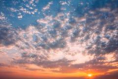 Предпосылка неба восхода солнца захода солнца Естественное яркое драматическое небо в заходе солнца Стоковое фото RF