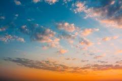 Предпосылка неба восхода солнца захода солнца Естественное яркое драматическое небо в заходе солнца Стоковые Фотографии RF