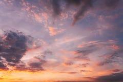 Предпосылка неба восхода солнца захода солнца Естественное яркое драматическое небо в заходе солнца Стоковые Изображения RF