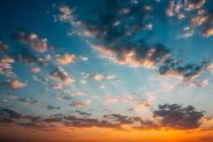 Предпосылка неба восхода солнца захода солнца Естественное яркое драматическое небо в Su Стоковые Изображения