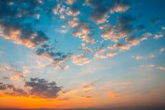 Предпосылка неба восхода солнца захода солнца Естественное яркое драматическое небо в рассвете захода солнца Стоковое Фото