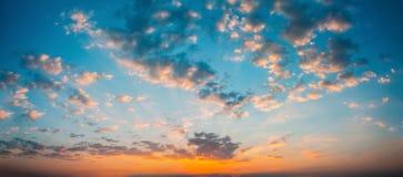 Предпосылка неба восхода солнца захода солнца панорамы Естественное яркое драматическое Стоковое Фото