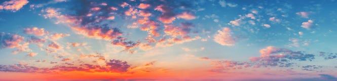 Предпосылка неба восхода солнца захода солнца панорамы Естественное яркое драматическое небо Стоковые Фото