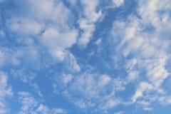 Предпосылка неба, небесно-голубая красивая предпосылка, небо с облаками стоковые изображения