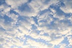 Предпосылка неба, небесно-голубая красивая предпосылка, небо с облаками стоковые фотографии rf