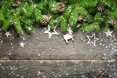 Предпосылка Нового Года и рождества на старой серой деревянной предпосылке над взглядом Ветви и снег рождественской елки, подарки Стоковое Изображение