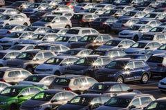 Предпосылка новых автомобилей в месте для стоянки стоковые фотографии rf