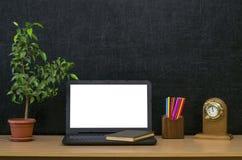 Предпосылка образования задняя школа принципиальной схемы к Компьтер-книжка с пустым экраном на таблице Стоковая Фотография