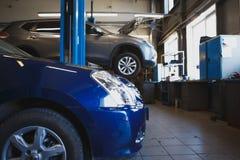 Предпосылка обслуживания ремонта автомобилей запачканная станцией Стоковая Фотография RF