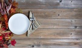 Предпосылка осени с установкой dinnerware для holid благодарения Стоковые Изображения