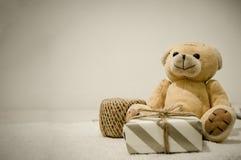 Предпосылка открыток торжества подарочной коробки fith плюшевого мишки стоковые фотографии rf