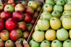 Предпосылка от зеленого и красного яблока Текстура кучи яблока, надземный взгляд конца-вверх стоковое фото rf