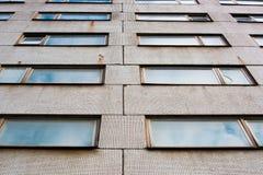 Предпосылка от окон здания покрытого с старыми плитками стоковые изображения rf