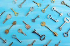 Предпосылка от различных ключей на голубой деревянной предпосылке Стоковое Фото