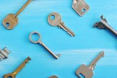 Предпосылка от различных ключей на голубой деревянной предпосылке Стоковая Фотография