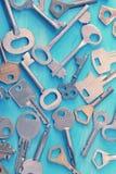Предпосылка от различных ключей на голубой деревянной предпосылке Стоковое Изображение RF