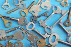 Предпосылка от различных ключей на голубой деревянной предпосылке Стоковые Фотографии RF