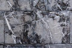 Предпосылка от серых мраморных блоков Стена грубого камня с черными рытвинами и белыми линиями стоковое фото rf