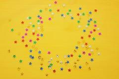 Предпосылка партии с красочным confetti Взгляд сверху Стоковая Фотография RF