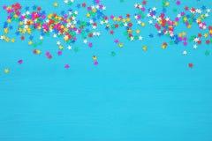 Предпосылка партии с красочным confetti Взгляд сверху Стоковое фото RF