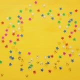Предпосылка партии с красочным confetti Взгляд сверху Стоковые Фото