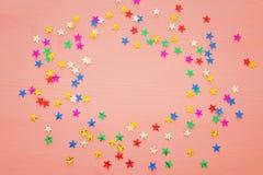 Предпосылка партии с красочным confetti Взгляд сверху Стоковые Изображения