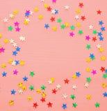 Предпосылка партии с красочным confetti Взгляд сверху Стоковая Фотография