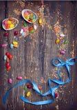 Предпосылка пасхи пустая с пасхальными яйцами и весной цветет стоковые изображения rf