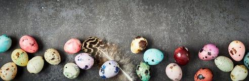 Предпосылка пасхи с покрашенными handcrafted яичками Стоковая Фотография