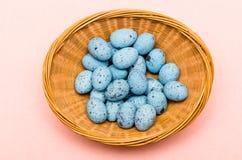 Предпосылка пасхи с украшением пасхи eggs в корзине Стоковые Изображения RF