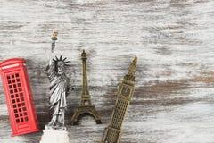 Предпосылка перемещения и туризма с сувенирами со всего мира Взгляд сверху Стоковые Фотографии RF