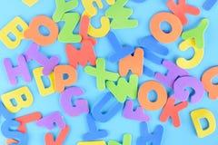 Предпосылка пестротканых писем Хаотически разбросанный алфавит Стоковая Фотография