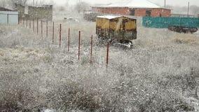 Предпосылка петли нежного снега утра рождества безшовная field с сухой травой, поляками, незаконченными частными домами старо акции видеоматериалы