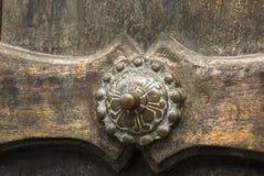Предпосылка планки двери деревянная старая и внешняя деталь металла стоковые изображения