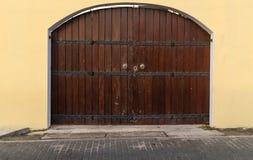 Предпосылка планок старой деревянной коричневой двери дома темная деревянная стоковая фотография