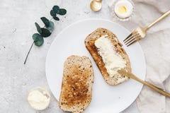 Предпосылка плоского положения деревенская с кусками хлеба рож здравицы свежего Стоковое Изображение RF