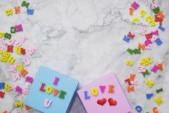 предпосылка Плоск-положения на день Валентайн, любовь, сердца, космос экземпляра подарочной коробки стоковая фотография