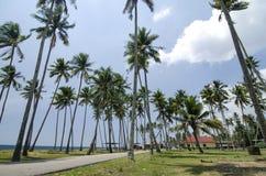 Предпосылка пляжа и голубого неба под ярким солнечным днем Стоковые Изображения RF